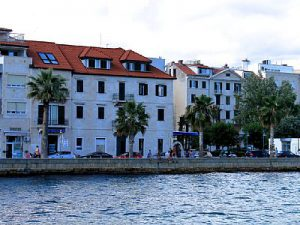 Split center villa